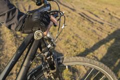 Handen av en cyklist i en handske rymmer styrena royaltyfri fotografi