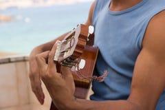 Handen av en musiker gör ackordet arkivfoton