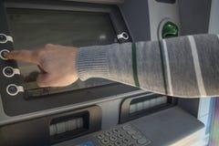 Handen av personen som tar kreditkorten royaltyfri foto
