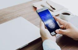 Handen avläser biometric fingeravtryck för att godkännande ska ta fram elektroniska apparater Begreppet av faran av att använda e Royaltyfri Fotografi