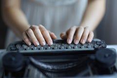 Handen bij schrijfmachinetoetsenbord stock fotografie