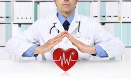 Handen de arts beschermt hartsymbool, medische ziektekostenverzekering stock fotografie