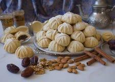 Handen dekorerade 'Maamoul 'en arabisk efterrätt fyllde kakor som gjordes med data deg, mandlar, valnötter och kanel royaltyfri fotografi
