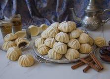Handen dekorerade 'Maamoul 'en arabisk efterrätt fyllde kakor som gjordes med data deg, mandlar, valnötter och kanel arkivbild