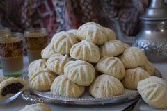 Handen dekorerade 'Maamoul 'en arabisk efterrätt fyllde kakor som gjordes med data deg, mandlar, valnötter och kanel arkivfoto