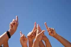 Handen die aan de hemel worden opgeheven Stock Foto