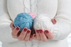 Handen die ballen van garen houden Stock Foto's