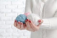 Handen die ballen van garen houden Stock Afbeelding