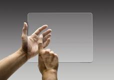 Handen die beelden op een futuristische tablet bereiken royalty-vrije stock afbeelding