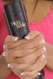 Handen die bijbel houden Royalty-vrije Stock Afbeelding