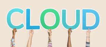 Handen die blauwe brieven steunen die de woordwolk vormen stock afbeeldingen