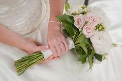 Handen die bruids boeket houden Stock Foto