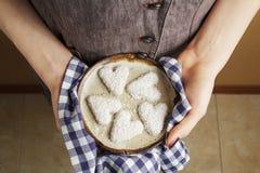 Handen die ceramische plaat met koekjes in de vorm van een hart, de Dagconcept houden van StValentine ` s Stock Afbeeldingen