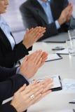 Handen die commerciële vergadering slaan op kantoor Stock Afbeeldingen