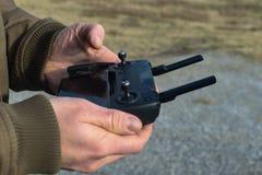 Handen die controlemechanisme voor hommel houden die een celtelefoon in de winter - selectieve nadruk gebruikt stock foto