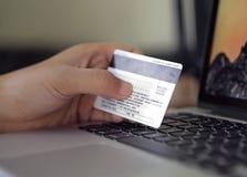 Handen die creditcard en laptop houden Stock Afbeelding