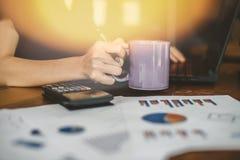 Handen die creditcard houden en laptop met behulp van Online Winkelend Royalty-vrije Stock Afbeelding