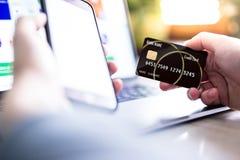 Handen die creditcard houden en online het winkelen maken Stock Fotografie