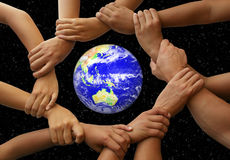 Handen die de Aarde frame Stock Fotografie