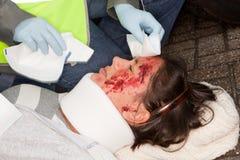 Handen die de gewonde helpen stock foto