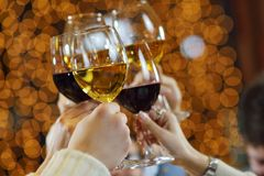 Handen die de glazen van champagne en winst houden Stock Afbeeldingen
