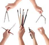 Handen die de hulpmiddelen van een kunstenaar houden Royalty-vrije Stock Foto's