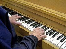 Handen die de piano spelen stock afbeeldingen