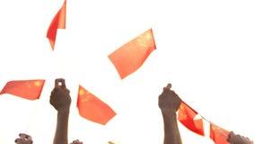 Handen die de vlaggen van China golven stock videobeelden