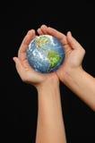 Handen die de wereld houden Stock Fotografie