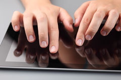 Handen die digitale tablet gebruiken Stock Afbeelding