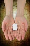 handen die een document huispictogram houden Stock Afbeelding