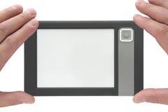 Handen die een elektronisch boek houden stock fotografie