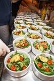 Handen die een garnalensalade voorbereiden bij een industriële keuken Royalty-vrije Stock Foto's