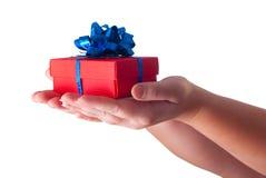 Handen die een gift geven Royalty-vrije Stock Foto