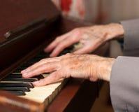Handen die een harmonium spelen Stock Afbeeldingen