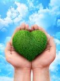 Handen die een hartsymbool houden Stock Foto's