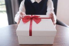 Handen die of een heden geven ontvangen royalty-vrije stock foto