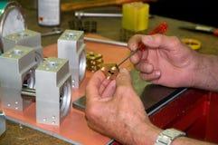 Handen die een het machinaal bewerken precisie uitvoeren Stock Foto