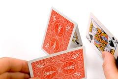 Handen die een kaartenhuis bouwen Royalty-vrije Stock Fotografie