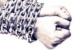 Handen die in een ketting worden geketend Stock Foto's