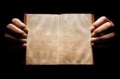 Handen die een open lege boekachtergrond houden Stock Fotografie