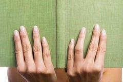 Handen die een oud boek houden Stock Afbeelding