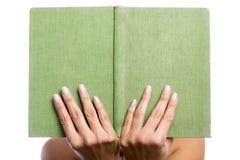 Handen die een oud boek houden Stock Fotografie