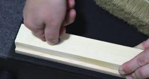 Handen die een schroevedraaier houden die een losgemaakte noot aanhalen stock footage