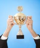 Handen die een trofee houden royalty-vrije stock afbeelding