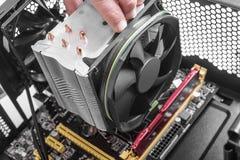 Handen die een ventilator installeren op motherboard royalty-vrije stock afbeelding