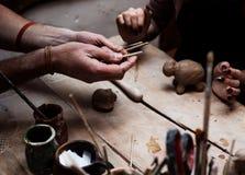 Handen die en beeldhouwwerk met klei werken beëindigen royalty-vrije stock afbeelding