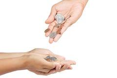Handen die en geld geven ontvangen. Stock Foto's