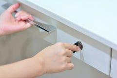 Handen die en lade sluiten controleren Stock Afbeeldingen