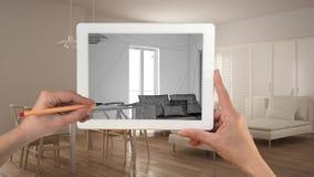 Handen die en op tablet houden trekken die de moderne schets van de woonkamerkeuken tonen Echt gebeëindigd minimalistisch wit en  royalty-vrije stock afbeelding
